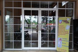sekat dan pintu kaca