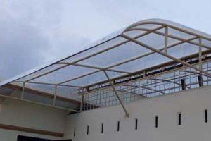 canopy polycarbonate lengkung depan dengan rangka besi, cat warna cream