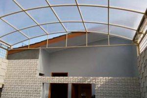 canopy polycarbonate bentuk lengkung dengan rangka besi cat warna cream
